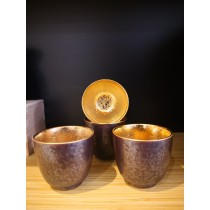 Tasse à saké dorée à l'intérieur